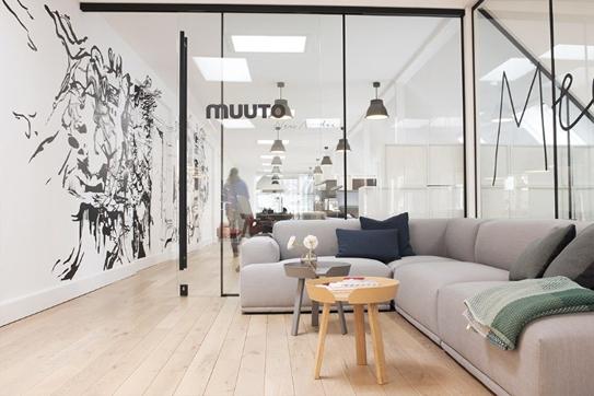 Thiết kế nội thất văn làm mờ giới hạn của một văn phòng, vừa là nơi làm việc, vừa là không gian trưng bày. Không gian thoải mái thư thái làm việc